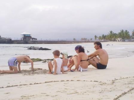 20100811080025-turistas-en-las-playas-de-puerto-villamil.jpg