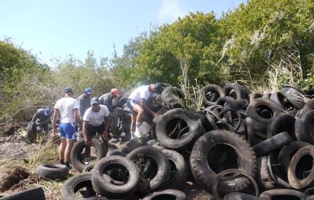 20121101232545-evacuacion-llantas-de-galapagos.jpg