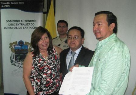 20130217052839-finanzas-y-bede-entrega-de-recursos-a-alcalde-leopoldo-bucheli.jpg