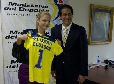 20110818205432-claudia-recibiendo-la-camiseta-de-ecuador-de-manos-de-ministro-cevallos.jpg